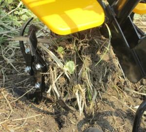 家庭用耕耘機・長い草がナタ爪に絡む